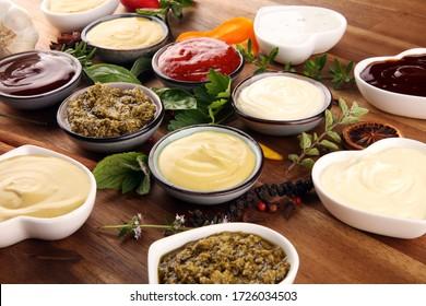 Saucensortiment. Set mit verschiedenen Saucen in Schalen mit Ketschup, Mayonnaise, Pesto und Senf