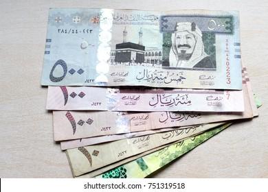 Saudi-Arabien-Geld auf Holzhintergrund