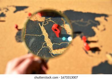 Arabie Saoudite à travers la loupe sur la planche à pin