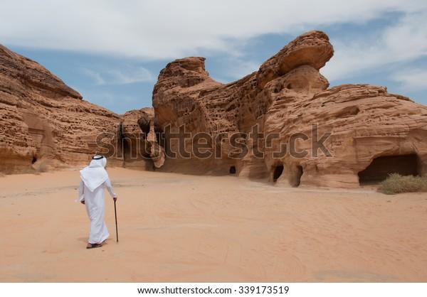 Caminhando saudiano no sítio arqueológico Madain Saleh, Arábia Saudita.