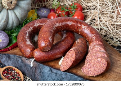 Sausage ( Turkish Sucuk ) Konzeptfoto. Türkische Wurst kangal sucuk. Sujuk (Sucuk), eine trockene, würzige Wurst auf Holzhintergrund.
