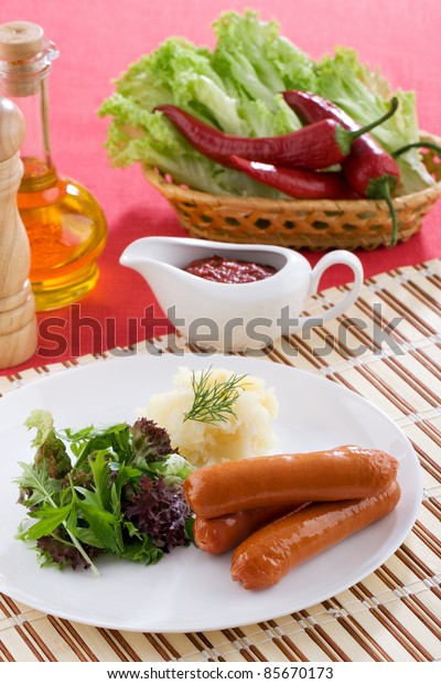 Sausages with potatoes and green salad