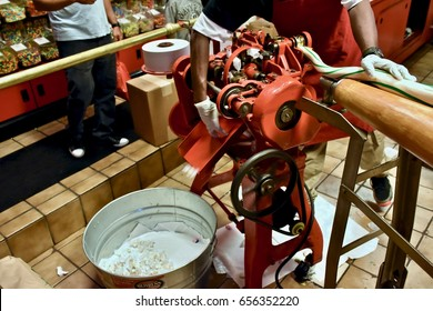 savannah ga usa april 13 2017 worker making salt water taffy - Savannahs Candy Kitchen