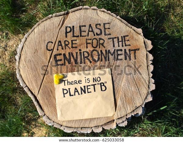 Salven el medio ambiente rescaten los bosques. Deja de talar árboles. Efectos de la deforestación. Atrapado sobre un fondo de hierba verde con una inscripción en la protección del medio ambiente.