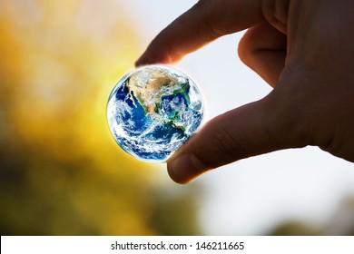 Planetenkonzept mit menschlichen Handelementen, die von der NASA bereitgestellt werden