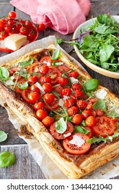 Savoury pastry with fresh tomatoes, arugula and basil
