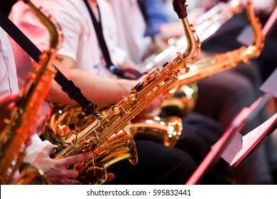 Saxophon in den Händen eines Musikers in einem Orchester, Nahaufnahme