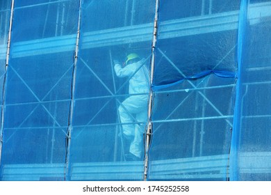 Gerüst- und Schutznetz für die Renovierung einer Straßenmauer gegen Steine