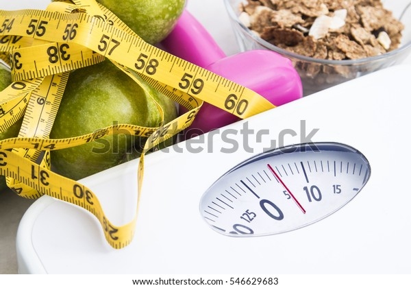 scala con cereali, frutta, peso e metro a nastro e concetto di dieta e stile di vita sano