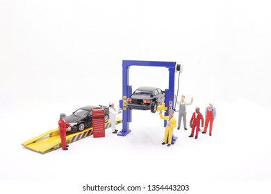 scale tiny of model Car lift with figure