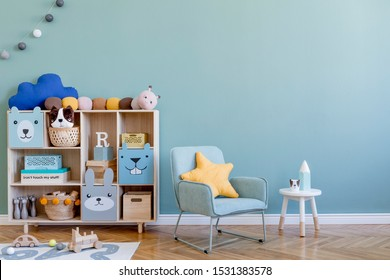 Salle de pépinière scandinave avec armoire en bois, fauteuil à la menthe, ours en peluche naturels et peluches d'animaux. Joli intérieur moderne de salle de jeux avec des murs d'eucalyptus, accessoires pour bébé et jouets. Copier l'espace.