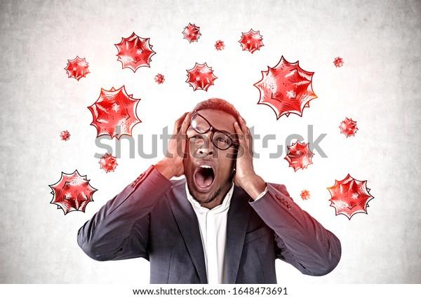Schrecken erschütterte der junge Afroamerikaner, der in der Nähe einer Betonmauer mit auf ihm gezogenen Virusmolekülen schrie. Konzept des Koronavirus und der asiatischen Grippepanik. Tonbild