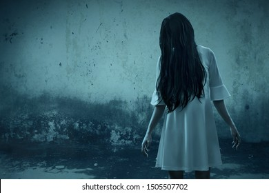 Un fantôme effrayant dans une maison hantée
