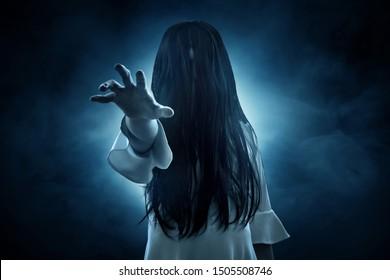 Fantôme d'horreur sur fond noir