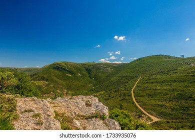 Sce nic view of the mountain range of Aire and Candeeiros. Fórnea and Alvados area. Portugal