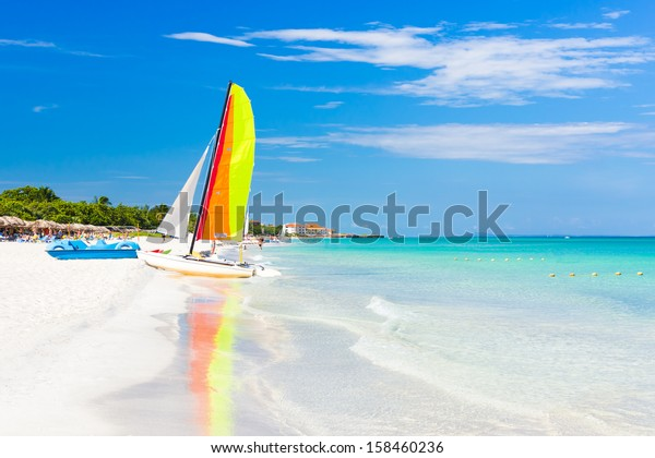 Szene mit Segelboot am berühmten Varadero Strand , karibisches Meer in Kuba