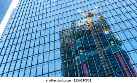 A scene in which a building under construction shines in a building