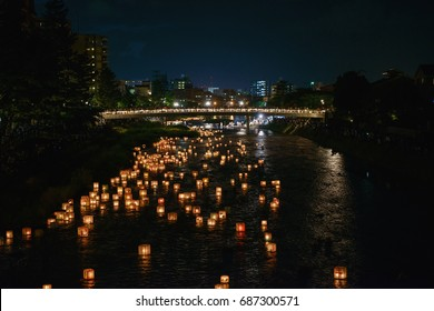 Scenery of the floating lanterns on the water