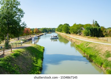 Scenic Canal latéral à la Loire in Burgundy, France, 09-17-2019
