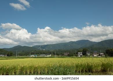 Vue panoramique et épique du paysage depuis la route des champs de riz japonais et des montagnes sur le ciel de Nagano.