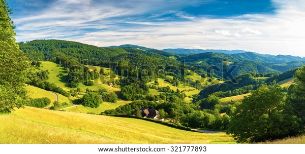 Panoramalage: Sommergebirgstal mit Wäldern und Feldern in Deutschland, St. Ulrich, Schwarzwald