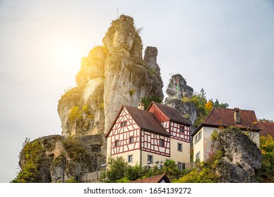 Scenic panoramic view of famous half -timbered houses on a sponge reef rock in the historic old church village of Tüchersfeld on a beautiful sunny summer day, Franconian Switzerland, Bavaria, Germany