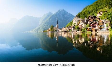 Panoramasicht auf die berühmte Hallstatt Seebadestadt, die im Hallstattersee in den österreichischen Alpen reflektiert, bei schönem Sommersonntag, Salzkammergut, Österreich
