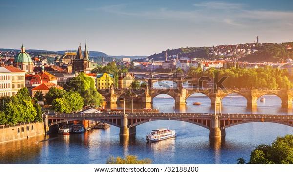 Panoramasicht auf die Pier-Architektur der Altstadt und die Karlsbrücke über die Moldau in Prag, Tschechische Republik