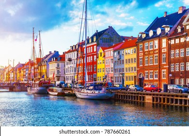 Panoramablick auf den Nyhavn-Steg mit farbigen Gebäuden, Schiffen, Yachten und anderen Booten in der Altstadt von Kopenhagen, Dänemark