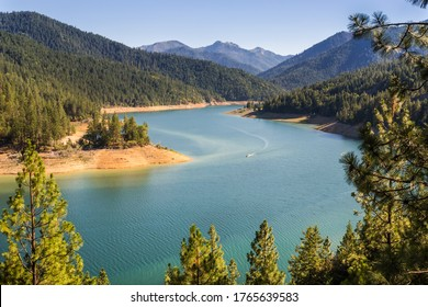 Scenic view at the Applegate lake in Oregon in golden hour