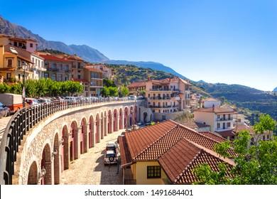 Panoramablick auf das Dorf Arachova. Arachova ist berühmt für seinen Panoramablick, die kleinen Häuser und die gepflasterten Straßen zeigen eine malerische Architektur im Parnassos-Gebirge, Griechenland.