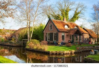 Panoramablick auf den Kanal in Giethoorn an einem sonnigen Morgen, Niederlande.