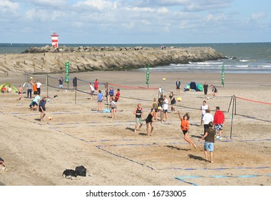 SCHEVENINGEN, HOLLAND - AUGUST 30, 2008: Teams playing in the Dutch championship beach volleybal in Scheveningen on August 30, 2008