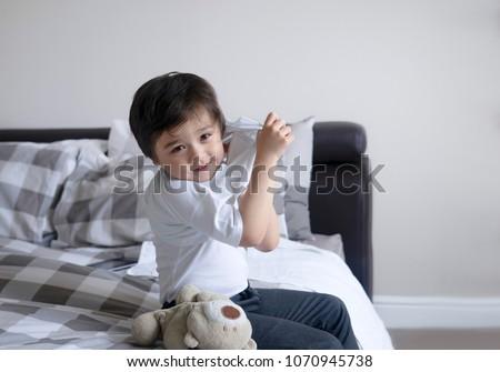 School Boy Sitting Bed Try Wearing Stockfoto Jetzt Bearbeiten