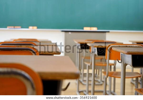 Schulklasse mit Schulschreibtisch und Tafel in der japanischen Oberschule