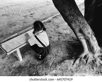 School girl Sit under the tree