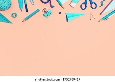 Schulbücher auf rosafarbenem Hintergrund. Zurück zur kreativen Illustration der Schule, Vorlage.