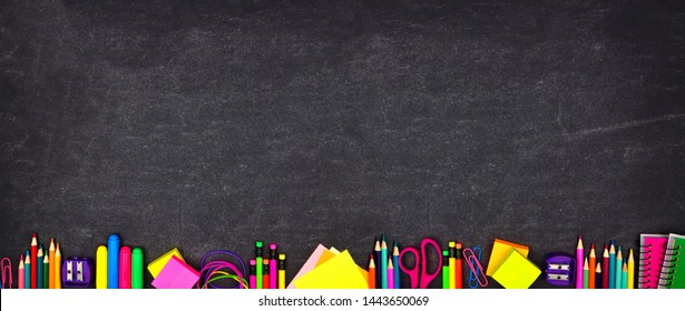 L'école fournit la bannière de la bordure inférieure. Vue de dessus sur fond noir et blanc avec place pour copie. Retour à l'école.