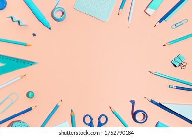 Schulbedarf auf rosafarbenem Hintergrund. Zurück zur kreativen Schulwohnung.