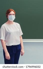 Schullehrer in medizinischer Maske, Kopienraum grüner Hintergrund. Unterweisung während und Quarantäne und Isolierung zu Hause