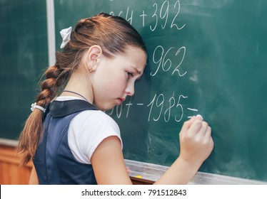 The schoolboy at the blackboard can not solve the problem. Problems with know in school