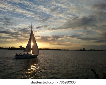 The schooner sailed out on the Chao Phraya River in the evening. In front of the town hall, Samutprakarn. To return to the harbor on August 8, 2015.