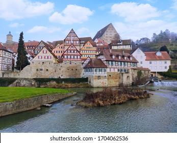 Schwaebisch Hall, Deutschland - 02. Januar 2020: Altstadt von Schwaebisch Hall in Süddeutschland mit traditionellen, halb bebauten Häusern. Aussicht von der Insel Kocherinsel in der Nähe des Flusses Kocher.