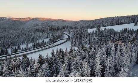 Schwarzwald Straße im Wald. Winter mit Schnee auf den Tannen.  - Shutterstock ID 1917574070