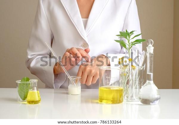 der Wissenschaftler, Dermatologe, der das organische Naturkosmetikprodukt im Labor testet.Research and Development Beauty Skincare concept.blank package,flasche,container .creme,serum.hand
