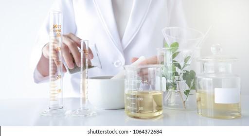 Der Wissenschaftler, Arzt, stellt alternative Kräutermedizin mit Kräuterpflanzen im Labor als organisches Naturprodukt her. Ölkapsel, natürliche organische Hautpflege und Kosmetik.