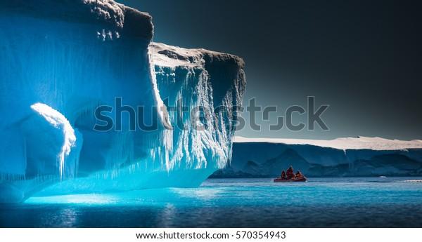 Científicos exploran hielos antárticos en barco