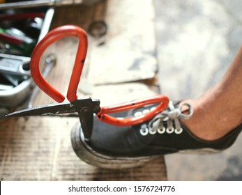 The scissors that fell from the table  Embroidered on the feet wearing black sneakers, which is an accident caused by negligence.