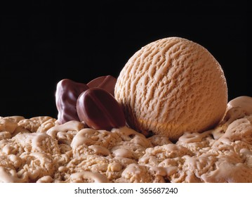Scoop, mocca icecream with pralines