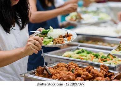scooping, comida tipo bufé en el restaurante, comida
